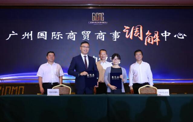 市法院立案庭负责人王维与市律协会长黄山共同签署协议