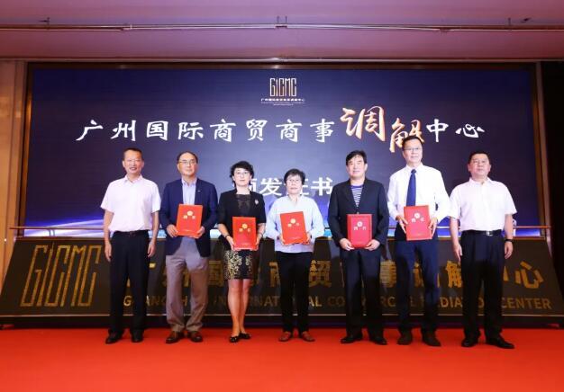 市法院副院长姜耀庭为调解中心的专家委员会成员颁发证书